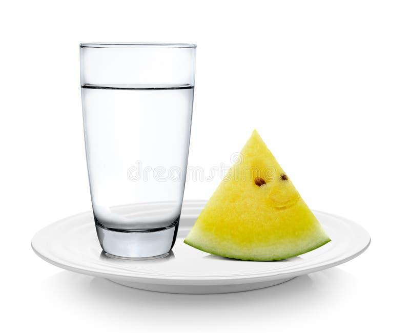Стекло воды и арбуза в плите на белой предпосылке стоковая фотография