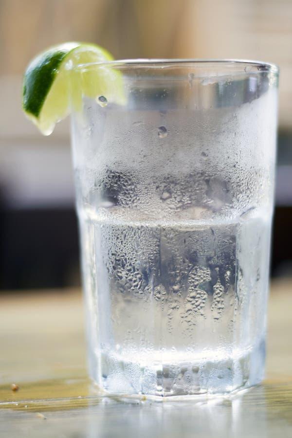 Стекло воды с конденсацией и известка заклинивают стоковое изображение rf