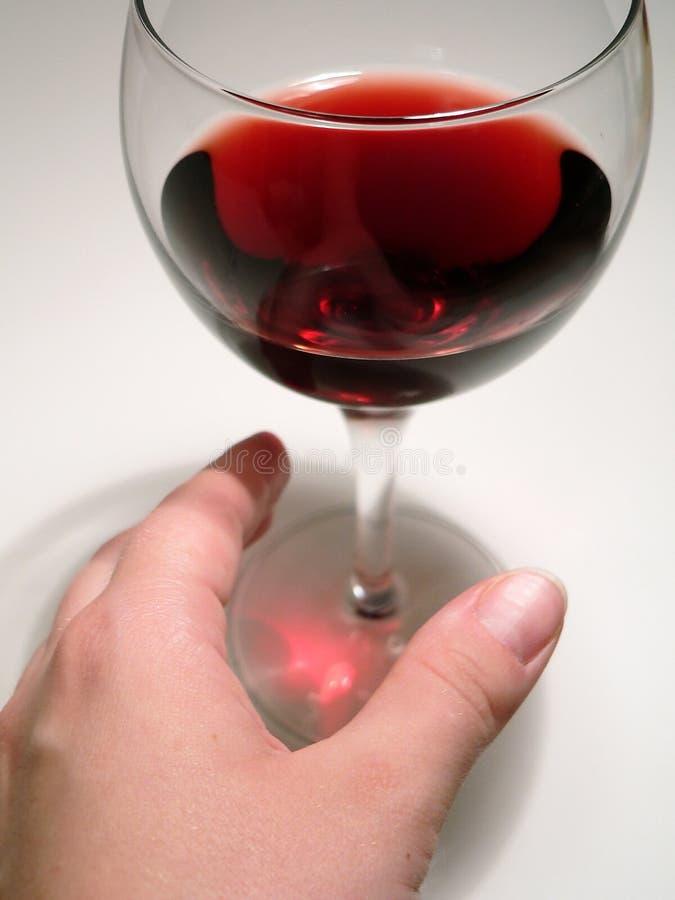 стекло достигая вино стоковые фотографии rf