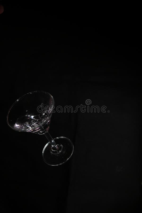 Стекло и жидкость коктейля в падать стоковая фотография rf