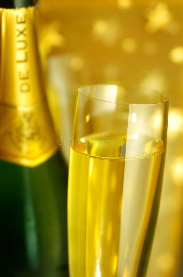 стекло каннелюры шампанского бутылки стоковые изображения rf