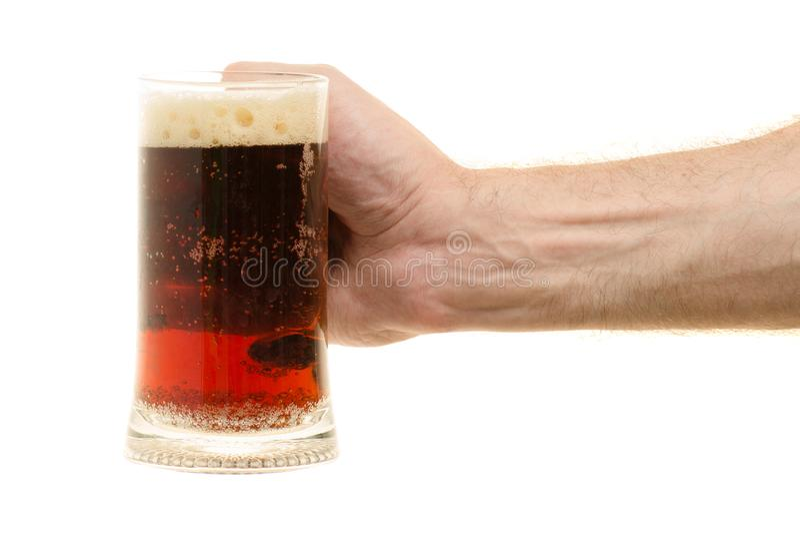 Стекло кваса в мужской руке стоковые изображения rf