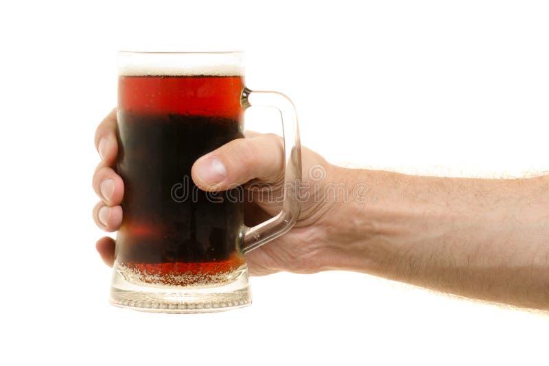 Стекло кваса в мужской руке стоковое фото