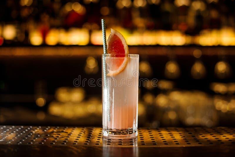 Стекло коктейля с грейпфрутом на деревянном счетчике стального прута стоковые фотографии rf