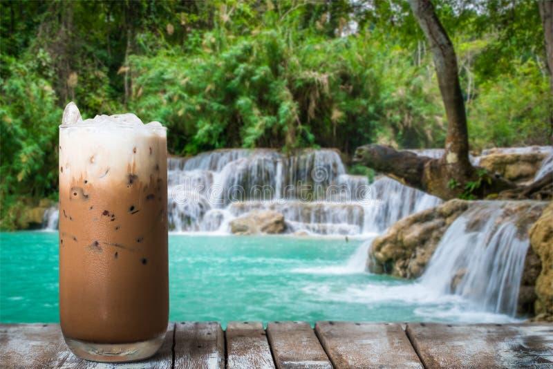 Стекло кофе со льдом на деревянном столе warterfall стоковое изображение rf