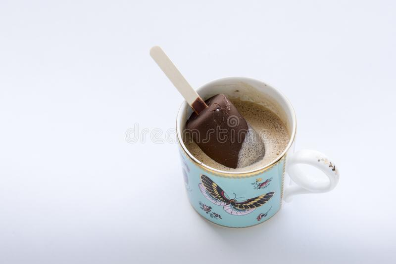 Стекло кофе с ванильным мороженым в чашке стоковая фотография