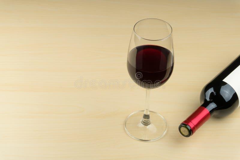 Стекло красного вина и бутылки вина стоковое изображение