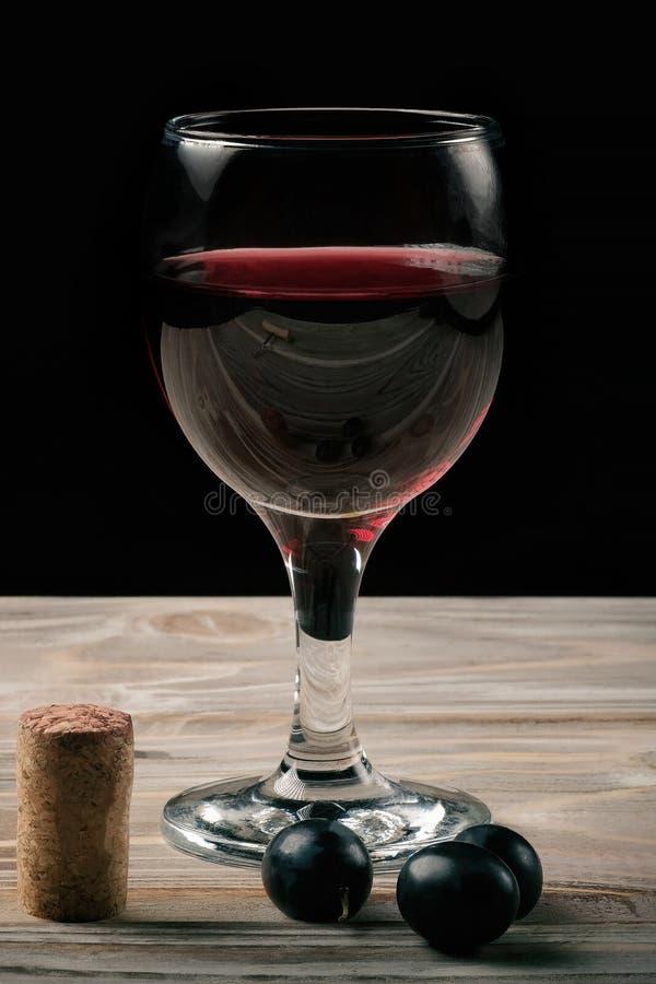 Стекло красного вина и бутылки вина стоковое изображение rf