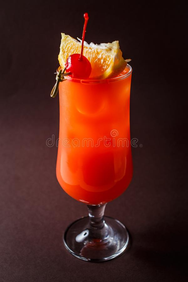Стекло красного коктейля алкоголя с вишней, кусок апельсина и s стоковое изображение