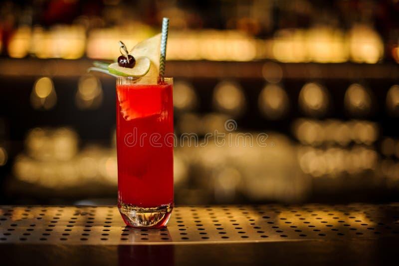Стекло красного сладкого сочного напитка в стекле коктейля с плодом стоковые изображения rf
