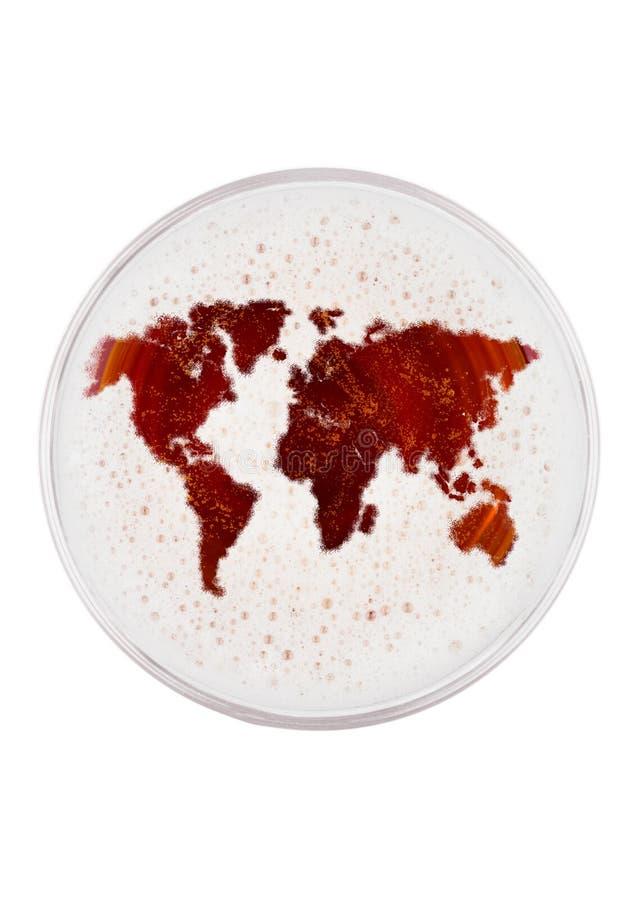 Стекло красной верхней части пива эля с формой земли стоковая фотография rf