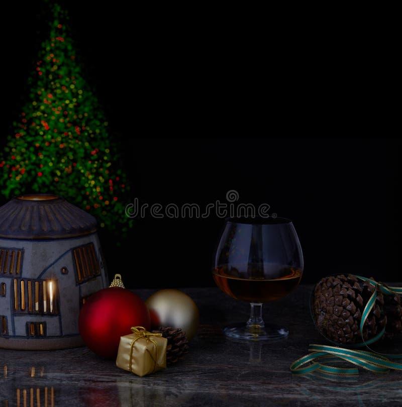Стекло ликера на украшенной таблице рождества со светами рождественской елки и черной предпосылкой стоковая фотография rf