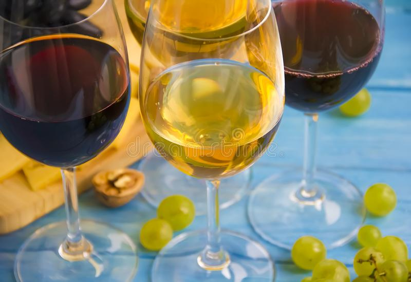 Стекло лозы, виноградин фиолетового виноградника сбора винтажных свежих на деревянной предпосылке стоковые изображения rf