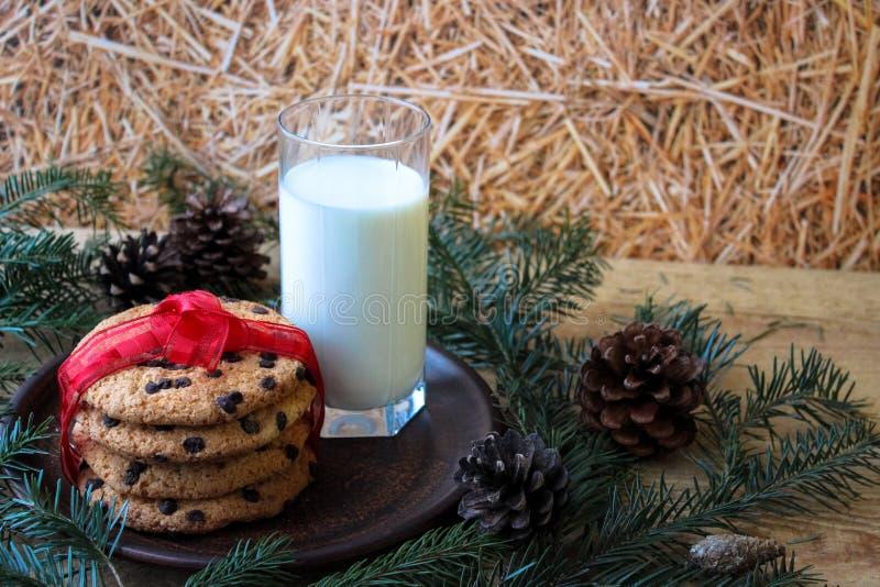 Стекло молока и печений для Санта стоковое фото rf