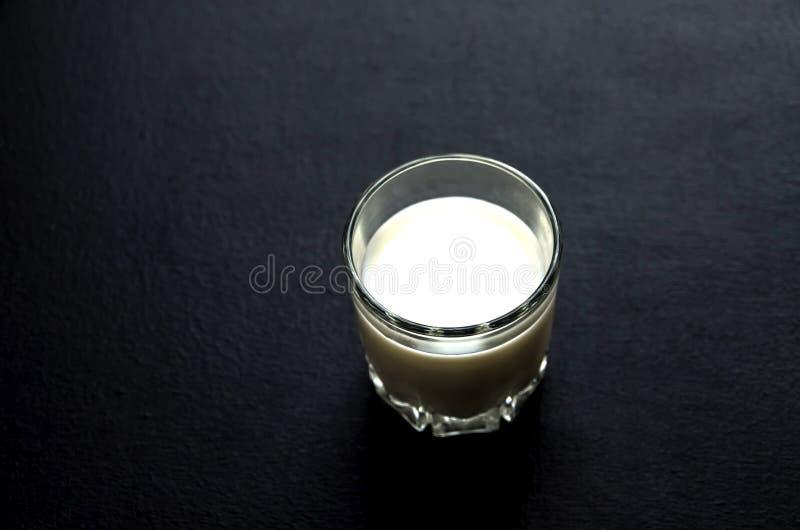 Стекло молока на темной предпосылке стоковое фото rf
