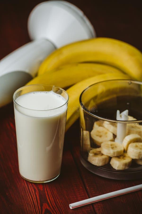 Стекло молока, частей бананов в blender для smoothie банана Здоровое питье вытрезвителя встряхивания стоковое фото rf