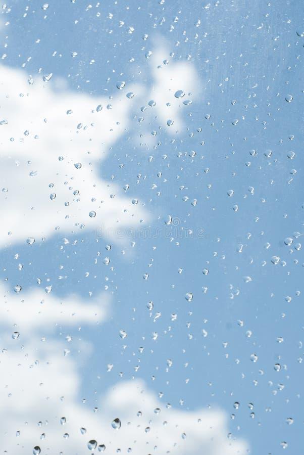 стекло окна od дождевых капель с голубым небом и белым облаком как backg стоковое фото rf