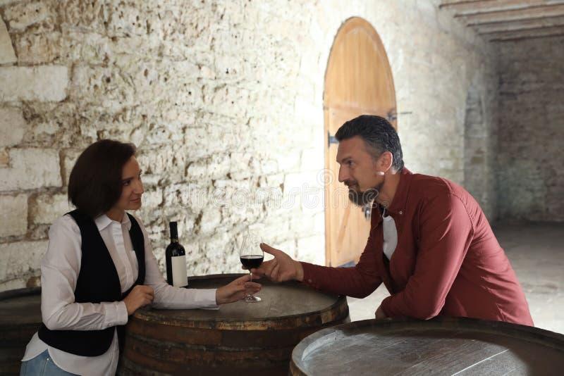 Стекло официантки служа красного вина к клиенту стоковое фото rf
