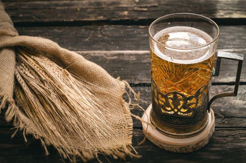 Стекло пенистого светлого пива Спирт в кружке стоковое фото