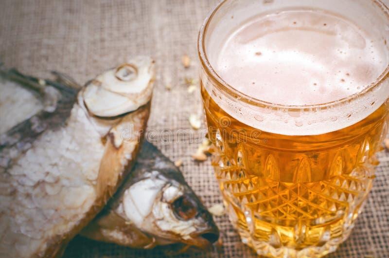 Стекло пенистого светлого пива Спирт в кружке стоковые фотографии rf