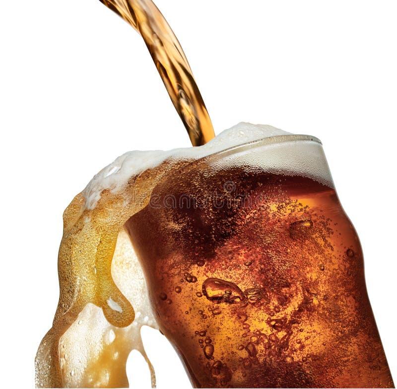 Стекло пива лить и переполняя пинты стоковые фотографии rf