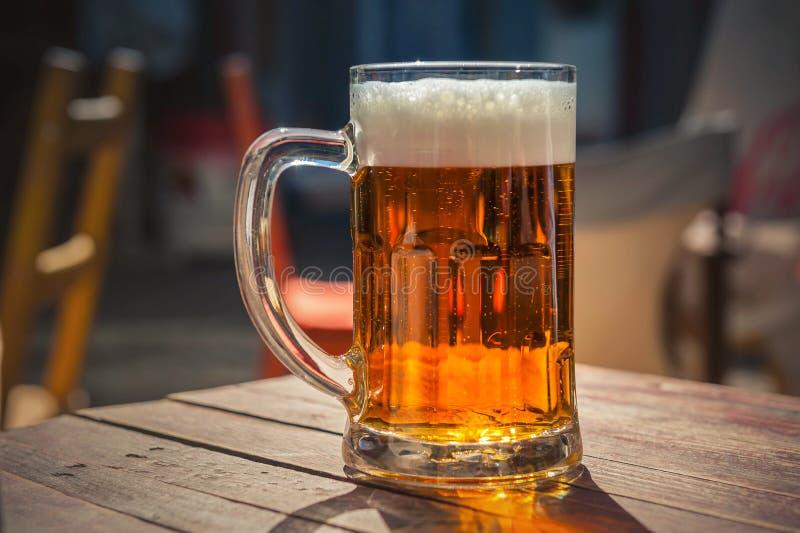Стекло пива на деревянной таблице стоковое изображение rf