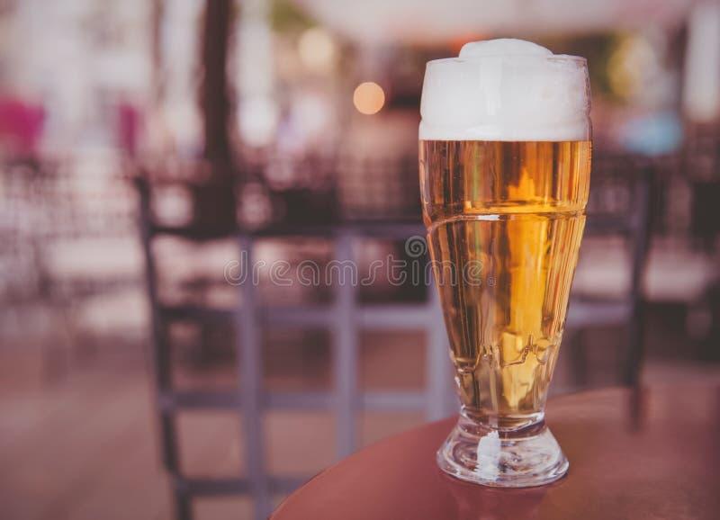 Стекло пива на деревянной таблице стоковое фото