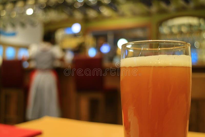 Стекло пива немецкой пшеницы на таблице в ресторане стоковые фото