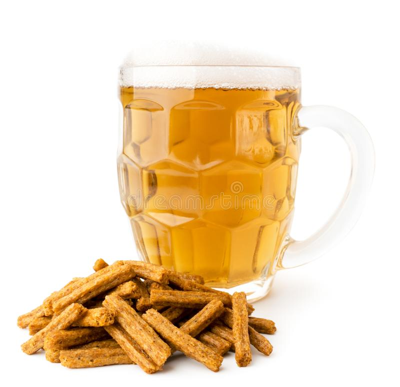 Стекло пива с пеной и пук шутих на белизне, конца-вверх стоковое изображение rf