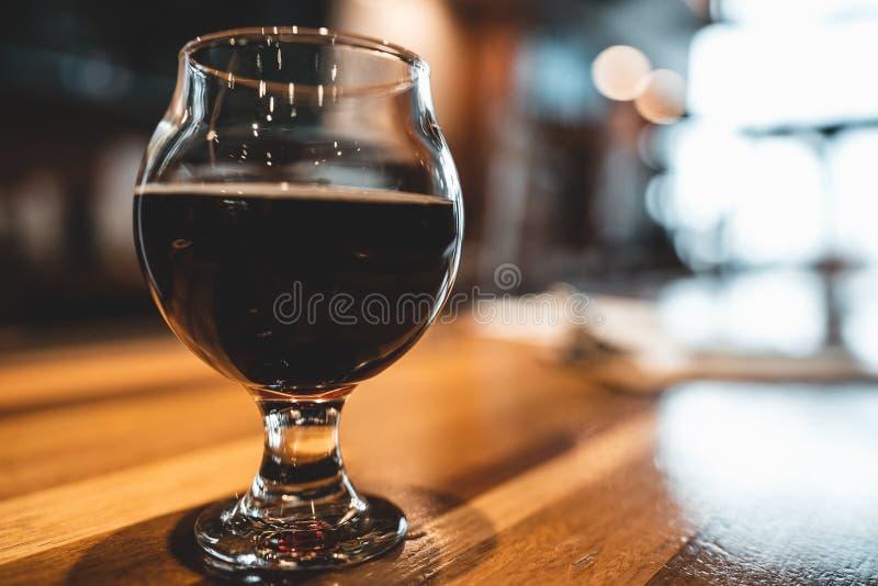 стекло пива штанги стоковая фотография