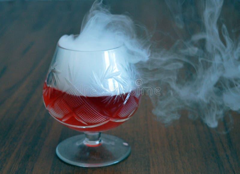 Стекло, питье, коктеиль, спирт, красный цвет, вино, напиток, изолированное Мартини, жидкость, плодоовощ, десерт, белизна, холод,  стоковые фотографии rf