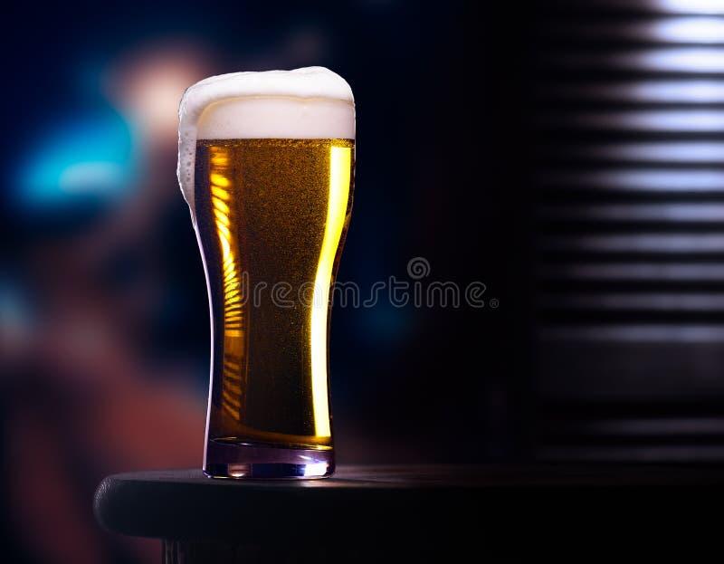 Стекло светлого пива стоковые фотографии rf