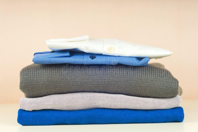 Стекло синей и белой рубашки закрыто на светлом фоне стоковое фото