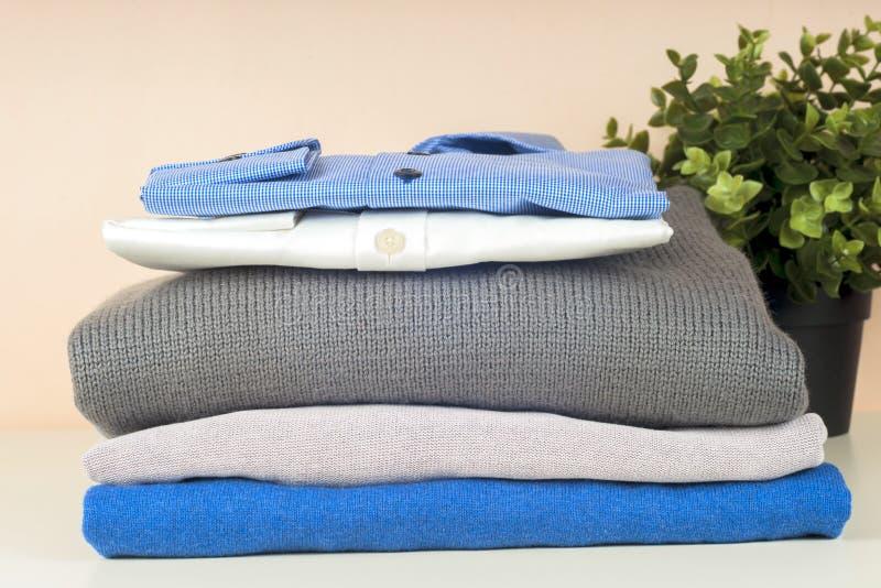 Стекло синей и белой рубашки закрыто на светлом фоне стоковое изображение rf