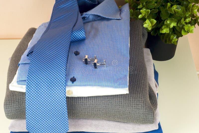 Стекло синей и белой рубашки закрыто на светлом фоне стоковые изображения