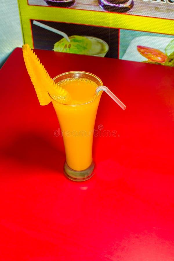 Стекло сока моркови в естественном flaber стоковое изображение rf