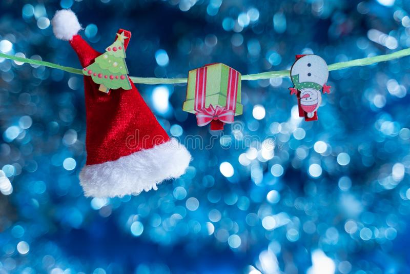 стекло состава рождества bauble голубое Игрушки и аксессуары рождества на голубой предпосылке с красивой нерезкостью стоковые изображения