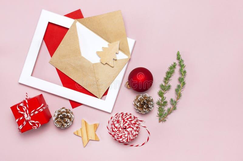 стекло состава рождества bauble голубое Конверт с пустой белой бумагой, елью разветвляет, конусы, красный шарик, шпагат, подарок, стоковая фотография rf