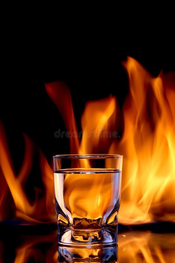 Стекло спиртной воды пожара стоковые фотографии rf