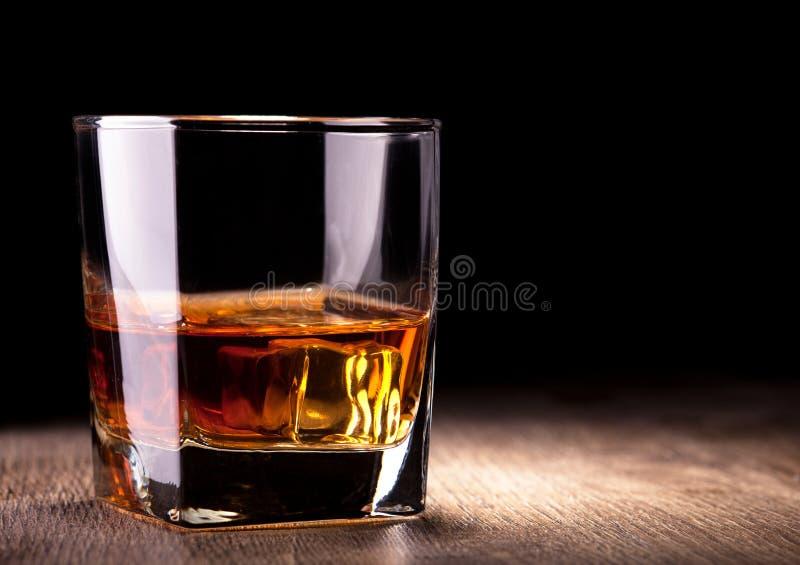 Стекло с вискиом стоковые фотографии rf