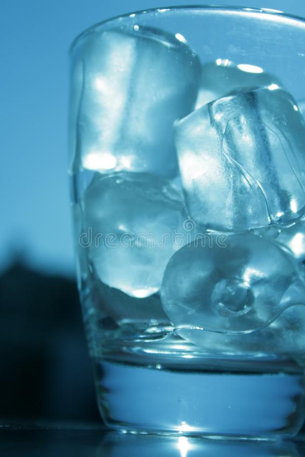Стекло с кубиками льда стоковое фото