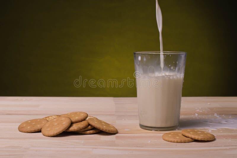 Стекло с молоком и печеньями стоковое фото rf
