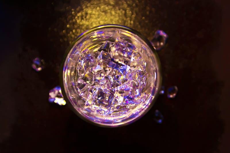Стекло чистой воды с кубами льда r Абстрактный динамический фон для вашего дизайна стоковые изображения rf