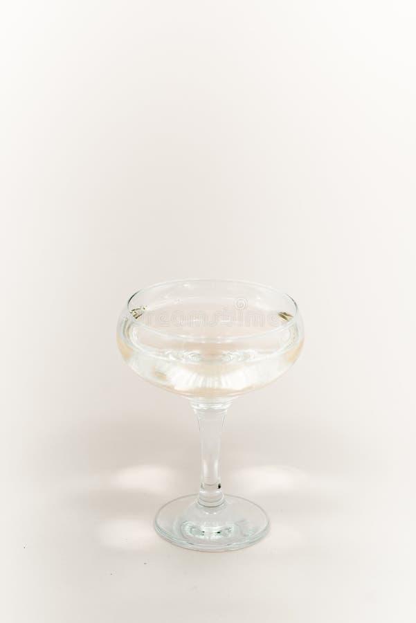 Стекло шампанского с пузырями Белая предпосылка стоковые фото