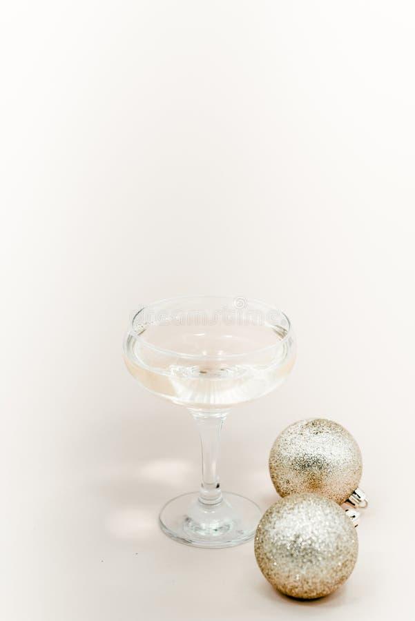 Стекло шампанского с пузырями Белые шарики предпосылки и рождества стоковая фотография