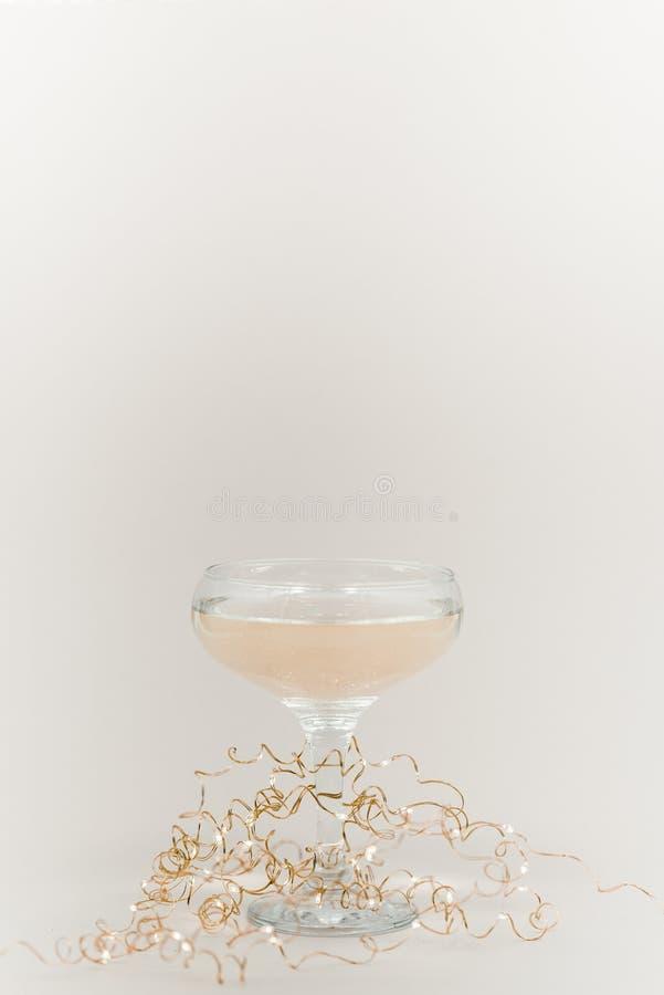 Стекло шампанского с пузырями Желтый свет рождества предпосылки стоковое изображение rf
