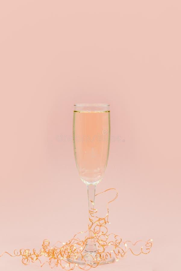 Стекло шампанского с пузырями Розовая предпосылка стоковые фото