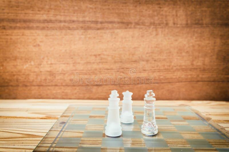 Стекло шахмат на борту в игре На винтажной деревянной предпосылке пола год сбора винограда поцарапал старые цвета фильма Дело кон стоковое фото