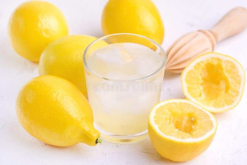 Стекло ar холодного вкусного свежего лимонада с концом Squeezer зрелых лимонов деревянным вверх стоковые фотографии rf