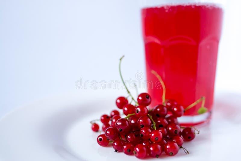 Стекло Bstract красочное сока гранатового дерева с ягодами стоковая фотография